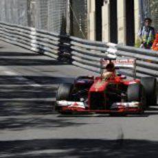 Fernando Alonso completa una vuelta en Mónaco