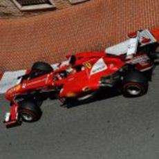 Fernando Alonso coge una curva en Mónaco