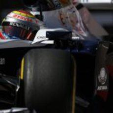 Primer plano de Pastor Maldonado con el FW35