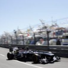 Valtteri Bottas pasa cerca del muro en Mónaco