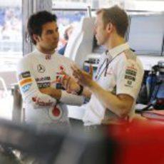 Sergio Pérez escucha atentamente las indicaciones de sus ingenieros
