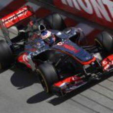 Jenson Button ataca los bordillos del trazado de Mónaco