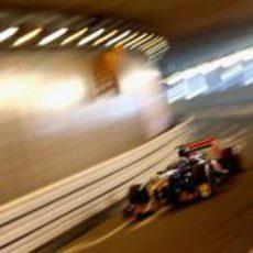 Daniel Ricciardo rueda junto al iluminado túnel de Mónaco