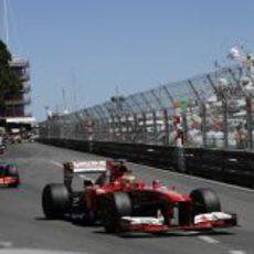 Fernando Alonso trata de mantener posición