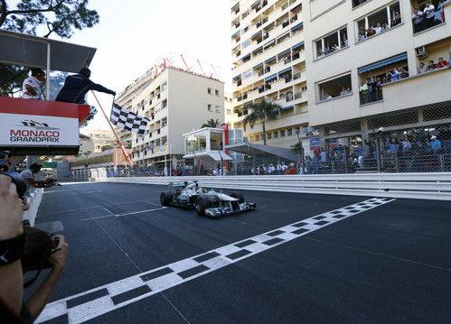 Nico Rosberg cruza la meta como ganador del GP de Mónaco 2013