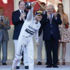 Nico Rosberg levanta el trofeo de ganador