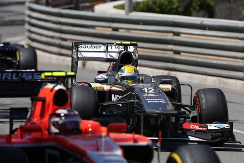 Esteban Gutiérrez justo por detrás de Bianchi durante el GP de Mónaco 2013