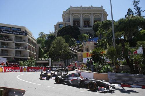 Nico Hülkenberg defiende su posición con Ricciardo en el urbano de Mónaco