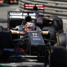 Nico Hülkenberg controla por el retrovisor a Ricciardo en el GP de Mónaco
