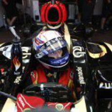 Romain Grosjean escucha las indicaciones de sus ingenieros