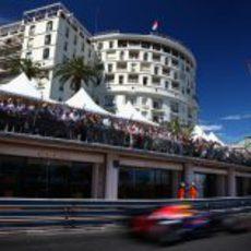 Mark Webber vuela por el trazado de Mónaco
