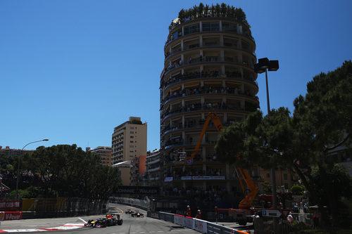 Sebastian Vettel encara la primera curva del trazado monegasco