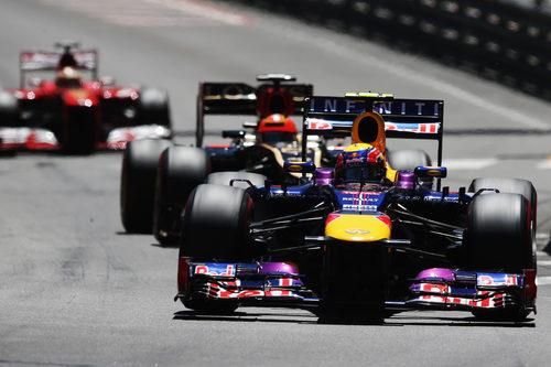 Mark Webber rueda por delante de Räikkönen en el GP de Mónaco 2013