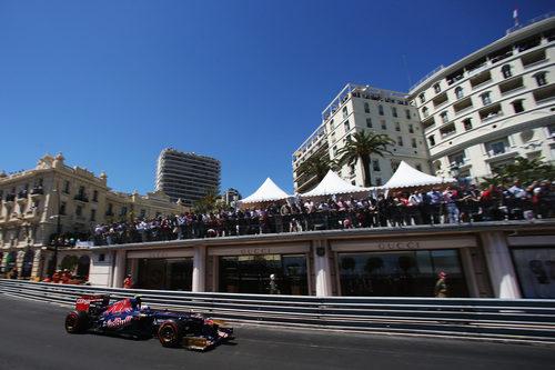 Daniel Ricciardo fue embestido por Grosjean