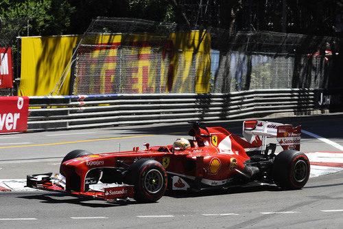 Fernando Alonso afronta la primera curva del GP de Mónaco