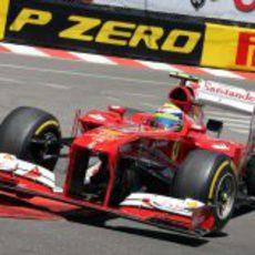 Felipe Massa vuela por uno de los pianos del trazado de Mónaco