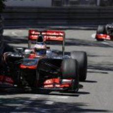 Jenson Button avanza por delante de su compañero