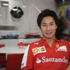 Kamui Kobayashi, de rojo, en el motorhome de Ferrari