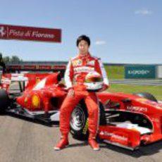 Kamui Kobayashi posa con el F10 en Fiorano