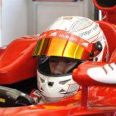Casco con los patrocinadores de Ferrari