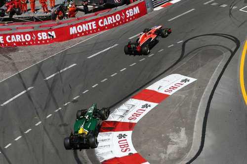 Jules Bianchi por delante de Giedo van der Garde en Mónaco