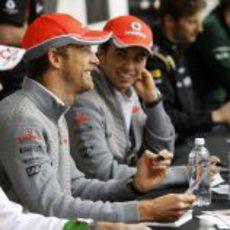Jenson Button y Sergio Pérez firman autógrafos a los aficionados