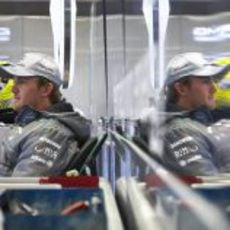 Nico Rosberg, pensativo en el box de Mercedes