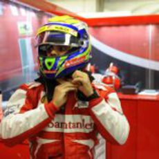 Felipe Massa se ajusta el casco