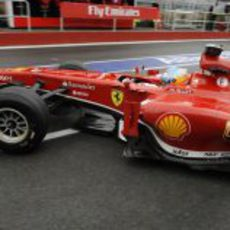 Fernando Alonso sale del box de Ferrari