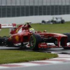Felipe Massa rueda en una encharcada pista