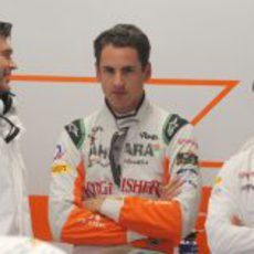 Adrian Sutil, rodeado por dos ingenieros