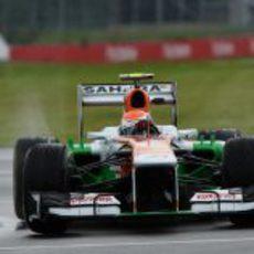 Adrian Sutil gira en una encharcada curva