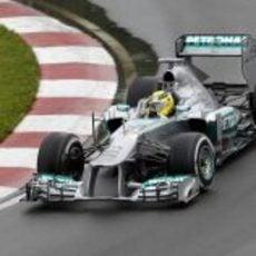 Nico Rosberg trata de no salirse de la trazada