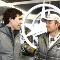 Nico Rosberg y Robert Wickens intercambian opiniones