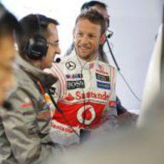 Jenson Button sonríe ante los ingenieros