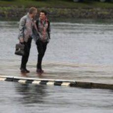 Sergio Pérez y Martin Whitmarsh cruzan el lago