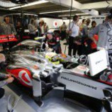 Sergio Pérez espera en el box de McLaren