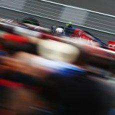 Daniel Ricciardo rueda junto a una de las abarrotadas gradas de Montreal