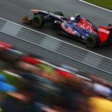 Daniel Ricciardo rueda con los intermedios en la primeras sesión de libres