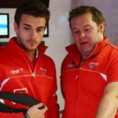 Jules Bianchi habla con Dave Greenwood