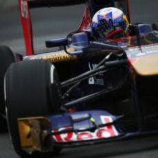 Daniel Ricciardo controla su STR8 por las curvas del circuito Gilles Villeneuve