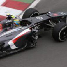 Esteban Gutiérrez lidia con su C32 durante los libres de Canadá