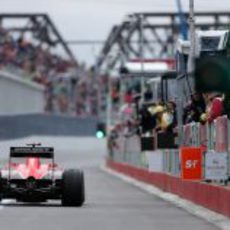 Jules Bianchi sale del 'pitlane' en Montreal