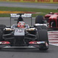 Nico Hülkenberg justo por delante de Alonso en el circuito Gilles-Villeneuve