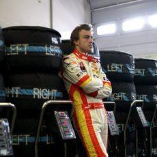 Alonso con los neumáticos