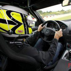 Button conduce un Mercedes
