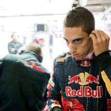 Buemi en el box de Toro Rosso