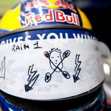 Curioso dibujo en el casco de Bourdais