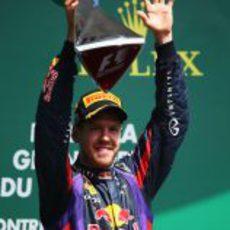 Sebastian Vettel alza el trofeo de Canadá