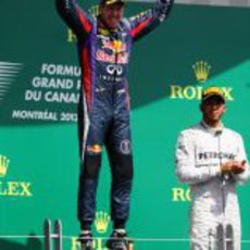 Sebastian Vettel salta de alegría ante un Hamilton serio
